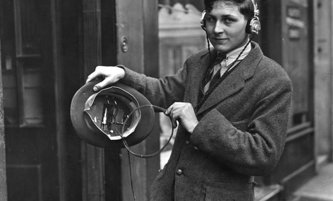 Przenośne radio w kapeluszu – walkman lat dwudziestych.